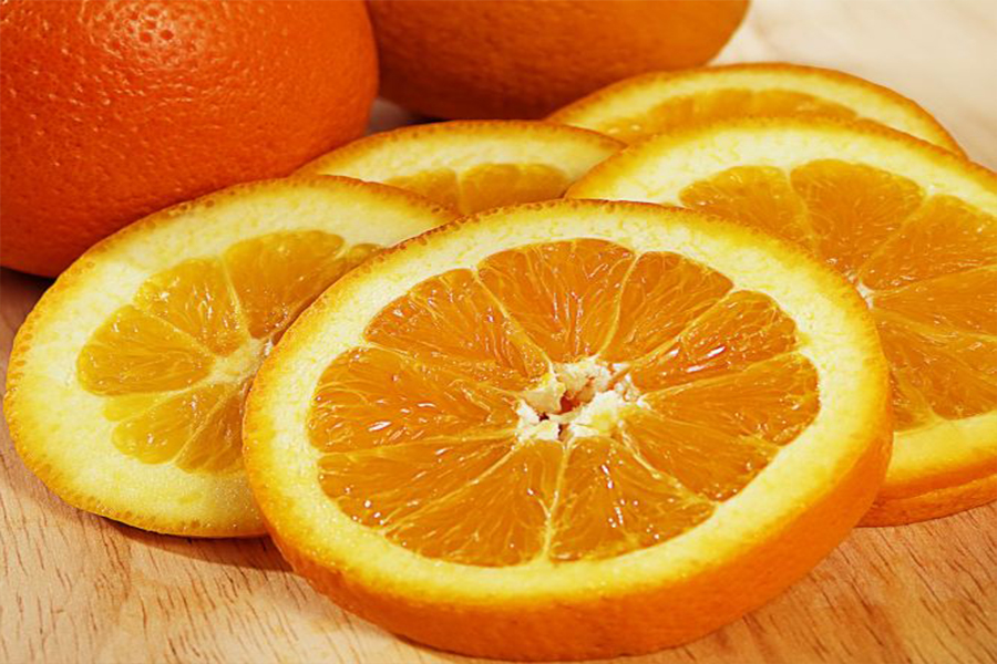 six-slices-of-an-orange-behind-which-a-number-of-uncut-oranges-666x544